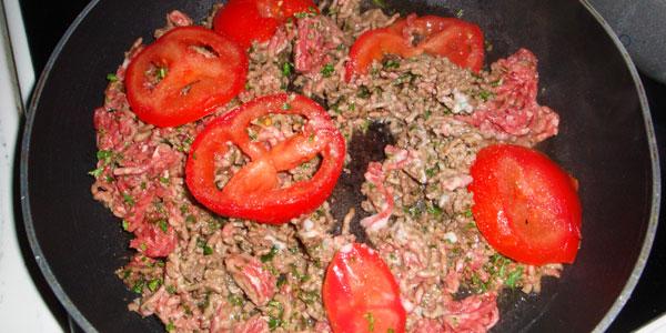 Préparer la farce (viande hachée, persil, ail et tomates)